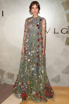 アレクサ・チャン ミレーの『オフィーリア』を彷彿とさせる絵画的なドレス。