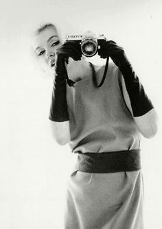 Marilyn Monroe with Nikon Camera by Bert Stern model actress blond Girls With Cameras, Bert Stern, Norma Jeane, Female Photographers, Vintage Cameras, Vintage Photographs, How To Take Photos, Old Hollywood, Hollywood Stars
