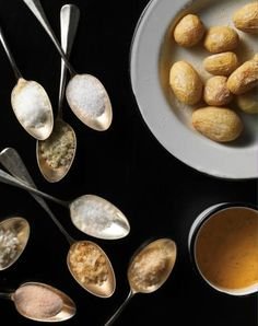 Mit Meersalzkruste: Rezept für Papas Arrugadas mit Peperoni-Dip. Redaktion: Anna Pearson: Fotos: Daniel Valance
