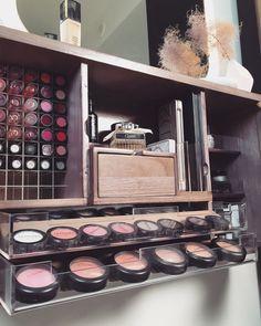 Estoy tan emocionada para finalmente llevar a cabo este nuevo organizador de maquillaje que diseñé para hacer su vida mucho más fácil! Es la solución de tocador maquillaje ultimate cuando el espacio es limitado. Este moderno diseño ajusta a todas sus necesidades diarias en un lugar adecuado a su alcance. No más cajones con maquillaje desordenada o bolsas de maquillaje a cavar a través de. Personalmente me disgusta todo lo que cubre con el polvo dentro de una semana por el tiempo que lleva…