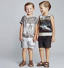 футболка, для мальчиков, серая, с принтом, майка, шорты, серые, черные, сандалии, коричневые, кожаные