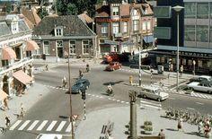 Almelo Koornmarkt, vanaf de Grotestraat Noord, richting Grotestraat Zuid, met rechtsaf de Wierdensestraat en links toen nog de Hofstraat. Op de voorgrond tevens nog het oorlogsmonument, dat op verschillende plaatsen stond.
