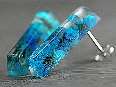 Kleine echte Blütenstab Ohrstecker türkisblau, echt Silber Türkisblaue kleine echte Blüten eingegossen in kleine Stäbchen.   925 Echtsilber Stecker und Rückstecker. Die Stäbchen sind durchsichtig und auf der Rückseite gefrostet, also wie Milchglas.