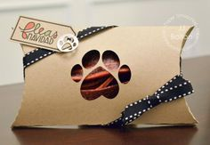 Dog Print Pillow Box by JJ Bolton for Paper Smooches - Dog Icons dies, Santa Paws Cat Crafts, Paper Crafts, Dog Treat Packaging, Treat Holder, Treat Box, Dog Bakery, Paper Smooches, Dog Cards, Pillow Box
