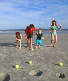 Familien-Beach-Golf. So einfach und dabei garantiert viel Spaß für alle. Tipp: Bälle vorher mit Filzstiften markieren! #Strandspiele #Familienspiele