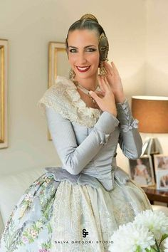Resultado de imagen de lanzaderas espolin Folk Fashion, Hijab Fashion, Vintage Fashion, Beautiful Dresses, Nice Dresses, Flower Girl Dresses, Traditional Fashion, Traditional Dresses, Spanish Costume