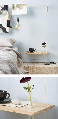 Sengebord lavet af et skærebræt og et reb, med et ekstra boret hul til en smal, cylinderformet vase.