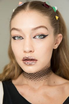 Vintage Makeup Fendi Spring 2017 Ready-to-Wear Fashion Show Beauty - The complete Fendi Spring 2017 Ready-to-Wear fashion show now on Vogue Runway. Beauty Make-up, Show Beauty, Beauty Hacks, Hair Beauty, Glamour Beauty, Catwalk Makeup, Runway Makeup, Make Up Looks, Short Hairstyle