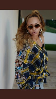 Beyonce looks hot — even if her hubby's company is going cold. The songstress rocked a yellow and blue plaid shirt with a pair of baggy distressed jeans. Blue Ivy Carter, Beyonce Knowles Carter, Beyonce And Jay Z, King B, Beyonce Style, Beyonce Shoes, Beyonce Coachella, Mrs Carter, Looks Street Style