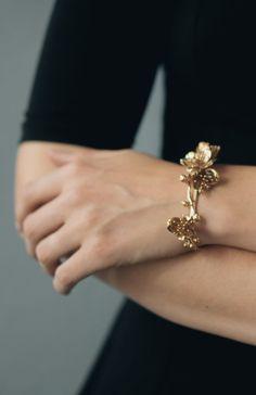 Biżuteria w formacie 3D? W ostatnim czasie można bardzo często zauważyć grono kobiet, które zastępują standardową biżuterię zmyślnymi i bardzo eleganckimi bransoletkami i naszyjnikami. Są to perfekcyjnie odwzorowane pąki kwiatów, liście, a nawet owoce. Najbardziej popularne są bransoletki ze złota i srebra. Szczególnie wyróżnia się biżuteria, która wygląda niczym złote wianki. #złoto #biżuteria #moda ##bransoletka ##naszyjnik