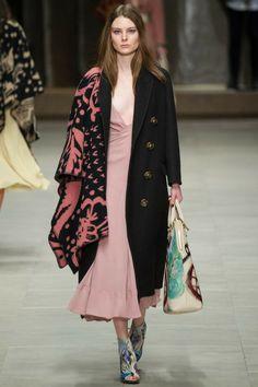 Semana de Moda de Londres: Looks inspirados em cobertores invadem as passarelas! #cobertor #fall #inverno #londres #tendencia #burberry
