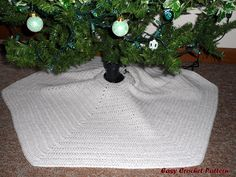 Easy Crochet Pattern: Crocheted Christmas Afghans and Tree Skirt Crochet Tree Skirt, Crochet Quilt, Afghan Crochet Patterns, Crochet Home, Crochet Crafts, Crochet Yarn, Crochet Ideas, Irish Crochet, Crocheting Patterns