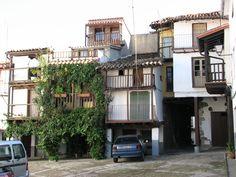 El terreno empinado genera una arquitectura abigarrada de casas estrechas subidas a pilares formando soportales y pasadizos.