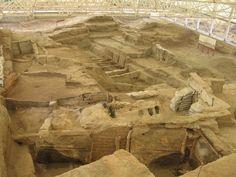 Çatal Höyük o Çatal Hüyük: Es un antiguo asentamiento de los períodos Neolítico y Calcolítico, siendo el conjunto urbano más grande y mejor preservado de la época neolítica en el Oriente Próximo. El desarrollo de esta civilización se interrumpió bruscamente hacia el 5700 a. C. por un gran incendio, que coció el adobe y permitió que paredes de hasta tres metros quedaran en pie.