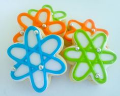 These atom mini cookies are an atomic blast for your taste buds. The shortbread sugar cookies are iced with Madagascar vanilla and almond icing, complete with silver chocolate electrons. The cookies are a perfect treat for the mad scientist in your life. Mini Cookies, Iced Cookies, Cute Cookies, Cookies Et Biscuits, Sugar Cookies, Iced Biscuits, Science Cake, Mad Science Party, Mad Scientist Party