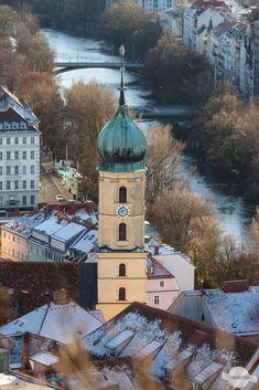 Eines meiner Lieblingsplätze in Graz ist die Mauer am Schloßberg. Von dort habe ich einen Blick auf ein zweites Lieblingsplätzchen: den Franziskanerplatz - oder zumindest auf die Dächer oberhalb des Platzes #graz #schloßberg #franziskanerplatz #österreich #austria #fotografie #ausblick Berg, Wine Bars, Nice Asses