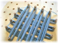 Uniformare i lati del modulo realizzato con il Telaio di Maria Gio - base finita Knifty Knitter, Loom Knitting, Peg Loom, Sugar Scrub Diy, Wooden Pegs, Loom Weaving, Weaving Techniques, Handicraft, Hand Embroidery