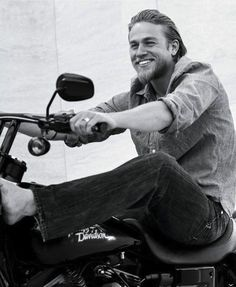 Charlie Hunnam // Jax Teller // Sons of Anarchy Michael Pitt, Alex Pettyfer, Look At You, How To Look Better, Serie Sons Of Anarchy, Fernanda Young, Charlie Hunnam Soa, Bruce Weber, Hollywood