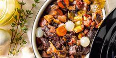 Runderrib- of sukadelappen in een stoofpan van bouillon en rode wijn met wortel, champignons, spekblokjes, prei en ui