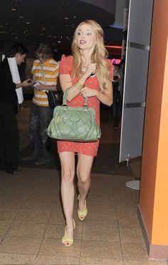 Izabela Miko nie boi się zestawiać ze sobą odważnych kolorów. Tu w czerwonej, krótkiej sukience i z seledynową torebką (foto: KAPiF)