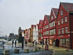 """Visitez la jolie ville de Bergen en Norvège, et son très célèbre quartier """"Bryggen""""."""