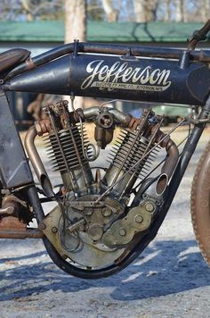 Jefferson antique v-twin bike, brainchild of Perry E. Mack, created in Me dan ternura los motores chiquitos Old School Motorcycles, Antique Motorcycles, American Motorcycles, Custom Motorcycles, Custom Bikes, Cars And Motorcycles, Vintage Indian Motorcycles, Motorcycle Engine, Motorcycle Design