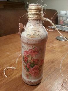 Fles bewerkt met servetten en stempels