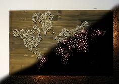 Eine schöne große und sehr rustikal wirkende Weltkarte, hergestellt aus gebeiztem Fichtenholz, blanken Nägeln und Naturfaden. Dank des Lichteffektes auch Abends ein absoluter Hingucker und ein...