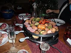 Madame Cheese: Raclette-Partys # Raclette-Rezepte # Tabletop-Cooking # The-Tablet - - Raclette Restaurant, Raclette Fondue, Raclette Recipes, Raclette Party, Grilling Recipes, Cooking Recipes, Cooking On The Grill, Fun Cooking, Grill Dessert