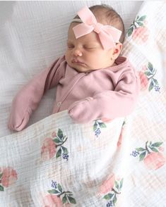 Children and Young Newborn Baby Photos, Baby Girl Newborn, Baby Kind, Cute Baby Girl, Little Babies, Cute Babies, Cute Baby Pictures, Baby Girl Fashion, Fashion Kids