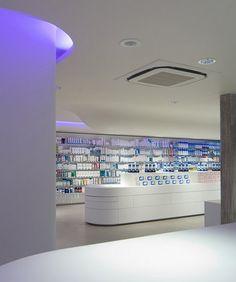 PHARMACIE / PARAPHARMACIE / PARIS / agencement pharmacie design / retail / beauty / display / concept / Architecture Intérieure MAYELLE / Photographie Pierre Rogeaux