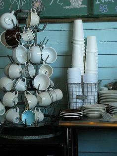 I love the charm of vintage cups and saucers on a cup tree. Bakery Design, Cafe Design, Restaurant Design, Coffee Cafe, Coffee Drinks, Coffee Shops, Coffee Mug Display, Dining Ware, Coffee And Donuts