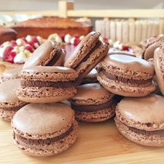 Macarons met chocolade – Tuur met pruimen Macarons, Types Of Cakes, Sweet Treats, Cheesecake, Good Food, Desserts, Recipes, Sweets, Deserts