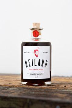 """Der HEILAND: """"Zefix Hallelujah – das wurde aber auch Zeit. An einem seeligen Platzerl, in der schönsten Stadt der Welt, ist uns der Heiland erschienen."""" Ein Bierlikör aus bestem bayerischen Bier, Zucker, Rum und Gewürzen. Wir dürfen das geniale Gebräu in unserem Münchner Regal verkaufen. Amen!"""