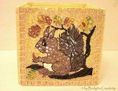 Quilling Herbst-Teelicht hier mit einem Eichhörnchen.  Quilling autumn candle holder here with a squirrel.