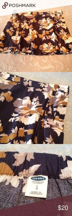 Old Navy Floral Skater Skirt L Like new. Waist measures approximately 17.5in across and has stretch. Length is approximately 18in. I do NOT trade or hold items. Old Navy Skirts Circle & Skater