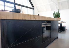 Blauwstaal keukenfronten in combinatie met onbehandeld eiken aanrechtblad! Net even anders dan anders en een top combinatie! Gemaakt door Sijmen Interieur. #kitchen #keuken #design #sijmeninterieur