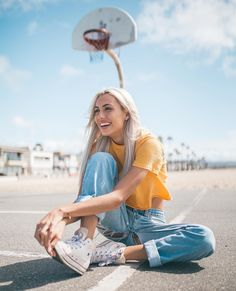 Street Style with yellow crop top and jean So Cool Pin I Portrait Photography Poses, Photography Poses Women, Tumblr Photography, Fashion Photography, Portraits, Photography Lighting, Shotting Photo, Best Photo Poses, Foto Casual