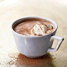 Süt ve tarçını karıştırarak ısıtın. Çikolatayı ilave ederek 10 dakika karıştırarak pişirin. Yapmış olduğumuz karışımı bardaklar...