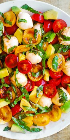 Spring Salad with Tomatoes Basil Avocado Mozzarella and Balsamic Dressing youll love this refreshing healthy Mediterranean style salad! Tomato Mozzarella Salad, Zucchini Tomato, Avocado Tomato Salad, Tomate Mozzarella, Fresh Mozzarella, Fresh Salad Recipes, Tomato Salad Recipes, Summer Salad Recipes, Salads