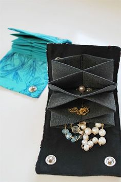 Great DIY for a jewelry travel bag!!
