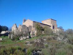 La ermita de Santa María del Berrocal se encuentra justo encima del Convento San Francisco en un lugar con unas vistas hermosas al pantano de Valdecañas.