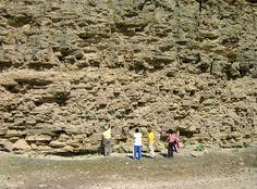 Una pared de 300 millones de años.  El Bajo de Véliz está ubicado al norte de la provincia de San Luis y es un yacimiento paleontológico muy importante. La araña fosilizada más grande que se haya encontrado en el mundo, fue descubierta aquí, por ejemplo. Y por si fuera poco es un delicioso y tranquilo paseo. De esos que no hay que perderse.