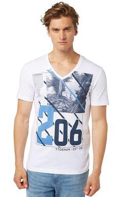 T-Shirt mit Print für Männer (unifarben mit Print, kurzärmlig mit V-Ausschnitt) aus Jersey gefertigt, mit Print vorne, Rippblende entlang des Ausschnitts. Material: 100 % Baumwolle...