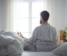 Dormir comme une bûche, ça s'apprend? Bedroom Sets, Dream Bedroom, Bedroom Colors, Block Out Curtains, Curtains With Blinds, Modern Bedroom Furniture, Bed Furniture, Good Sleep, Sleep Well