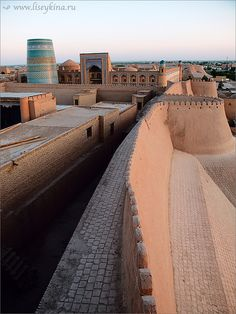 City walls of Khiva, Uzbekistan Islamic Architecture, Beautiful Architecture, Beautiful Buildings, Beautiful Places, Sinbad The Sailor, Brunei, Teheran, Peking, World Travel Guide