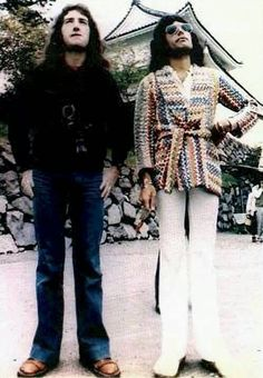 JOHN DEACON FREDDIE MERCURY EN Osaka Castle Park in Japan, 1975.