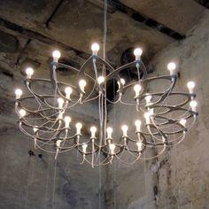 Deze kroonluchter van Bloom Holland heeft een prachtige vorm. Bestel hem direct op www.lightbrands.nl #verlichting #chandelier #kroonluchter #sfeer #lightbrands #bloomholland #homedeco #aluminium #design #lamp