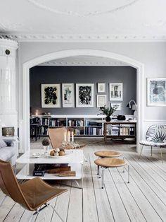 Намештај за бељење дневни боравак са сивим зидовима и белих дрвених подова