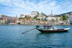 Le Rabelo et le Centre Historique de Porto Porto - Le Rabelo est une embarcation typique qui servait autrefois à transporter les tonneaux de vin de Porto depuis le Douro jusqu'à Gaïa.
